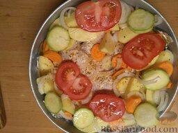 Курица с овощами: Вымыть помидор и кабачок. Нарезать кольцами и добавить в форму ко всем ингредиентам.   Посыпать сухими травами для курицы и картофеля.   Полить подсолнечным или оливковым маслом.