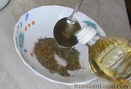 Курица гриль на вертеле в духовке: Как приготовить курицу гриль на вертеле в духовке:    Первым делом необходимо сделать маринад. В глубокой миске смешать прованские травы с паприкой, затем добавить растительное масло.