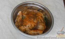 Курица гриль на вертеле в духовке: Затем курицу переложить в миску и обмазать с другой стороны. В миску поместить лавровый лист. Поставить курицу в маринаде в холодильник на 5 часов.