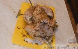 Курица гриль на вертеле в духовке: Затем куриные ножки нужно вместе соединить с помощью шашлычной деревянной палочки (или связать ниткой). Крылышки также соединить и связать ниткой. Нанизать курицу на вертел.   Поместить курицу на вертеле в духовку, включить верхний огонь. Сначала запекать курицу на большом огне, а затем огонь необходимо уменьшить. Курица гриль на вертеле в духовке запекается в течение примерно 1 часа.