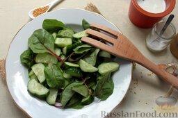 Салат из свежих огурцов с йогуртом: Добавляем огурец к салату, перемешиваем, аккуратно приподнимая зелень.