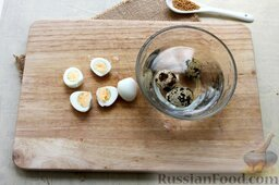 Салат из свежих огурцов с йогуртом: Перепелиные яйца очищаем от скорлупы, нарезаем половинками.