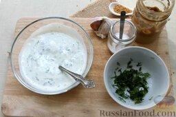 Салат из свежих огурцов с йогуртом: В натуральный йогурт засыпаем поваренную и чесночную соль, французскую мягкую горчицу, нашинкованный укроп.