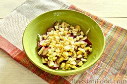 Закуска из кабачков, редиски и яиц: Очищенные куриные яйца крошим, добавляем к редиске.
