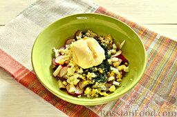 Закуска из кабачков, редиски и яиц: Добавляем порубленный свежий укроп, присаливаем немного, заправляем любым майонезом.