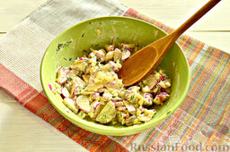Закуска из кабачков, редиски и яиц: Ингредиенты перемешиваем.