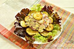 Закуска из кабачков, редиски и яиц: На тарелки выкладываем промытые листья салата. Раскладываем обжаренные кольца кабачка. На слой из кабачка выкладываем салат из редиски и яиц.  Закуска из кабачка, редиски и яиц готова!