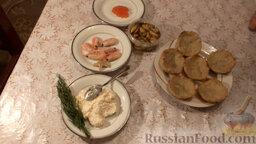 Картофельные тарталетки с морепродуктами: Подготовить ингредиенты для тарталеток с морепродуктами, сыром и красной икрой.   Тарталетки из картофеля приготовить по рецепту, указанному в списке продуктов.  Сыр натереть на терке и смешать с майонезом (для тех, кто любит закуску поострее, можно добавить немного чеснока).