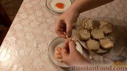 Картофельные тарталетки с морепродуктами: Креветки очистить от панциря и головы. Уложить креветки поверх сыра.
