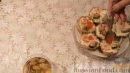 Картофельные тарталетки с морепродуктами: Добавить немного икры.