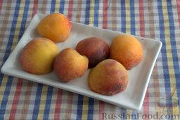 Шоколадный пирог с персиками: Нарезаем персики на дольки.