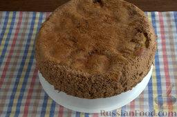 Шоколадный пирог с персиками: Охлаждаем готовый шоколадный пирог с персиками, нарезаем острым ножом на порции.