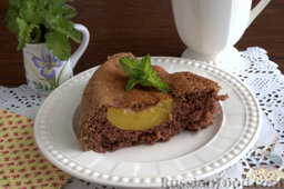 Шоколадный пирог с персиками: Подаем шоколадный пирог с персиками с чашкой латте, фруктового компота или кефира.