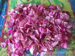 Варенье из лепестков роз: Просушить лепестки на полотенце. По желанию можно мелко нарезать.
