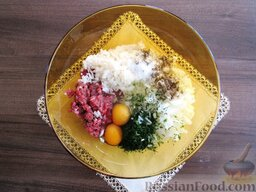 Суп с кабачками и тефтельками: В глубокую миску сложить фарш, отваренный до полу-готовности рис, нарезанный лук, укроп, яйца, щепотку соли и черного молотого перца.