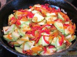 Суп с кабачками и тефтельками: Добавляем кабачки на сковородку, перемешиваем все составляющие и обжариваем до полной готовности кабачка.
