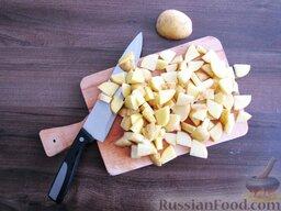 Суп с кабачками и тефтельками: Молодую картошку можно не чистить, достаточно хорошо промыть щеткой, так в ней сохранится больше витаминов. Нарезаем дольками и отправляем в кастрюлю с тефтельками.