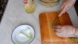 Рыбные котлеты из консервы: Нарезать мелко лук.