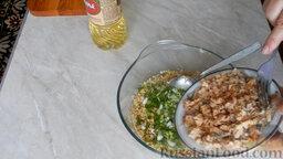 Рыбные котлеты из консервы: Добавить в миску с хлопьями лук и рыбу. Хорошо перемешать.