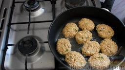 Рыбные котлеты из консервы: Выложить котлеты в хорошо разогретое на сковороде масло.