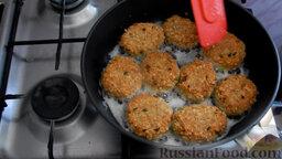 Рыбные котлеты из консервы: Обжарить с двух сторон до готовности, минут 10-15.