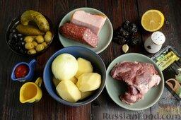 Солянка с копченым черносливом (в мультиварке): Подготовьте все ингредиенты для солянки с колбасой, мясом, картофелем и черносливом.   Помойте и высушите мясо, сварите из говядины на кости бульон. Это можно сделать заранее.   Овощи почистите.