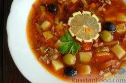 Солянка с копченым черносливом (в мультиварке): Солянку с колбасой, картофелем и черносливом подавайте горячей.  Приятного аппетита!