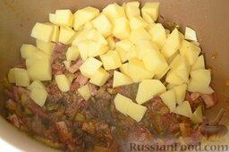 Солянка с копченым черносливом (в мультиварке): После звукового сигнала положите в чашу нарезанный кубиками картофель и залейте 2 л говяжьего бульона.