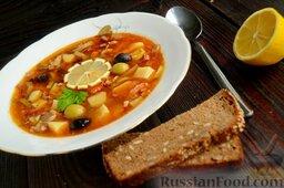 Солянка с копченым черносливом (в мультиварке): Дайте солянке с черносливом настояться, затем в порционную тарелку налейте солянку, положите кружок лимона и несколько разных оливок.