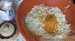 Квашеная капуста: Капусту поместить в глубокую большую миску. Морковь натереть на крупной терке и добавить к капусте.