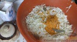 Квашеная капуста: Туда же поместить 3 лавровых листа и черный перец горошком.