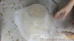 Квашеная капуста: Накрыть банку марлей и оставить при комнатной температуре на 3 суток для брожения. Периодически необходимо протыкать капусту ножом, чтобы выходил углекислый газ.