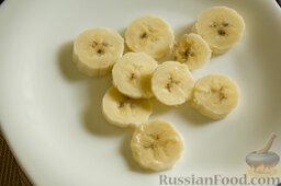 """Фруктовый салат с крыжовником и семенами льна """"Чемпион пользы"""": Нарезаем на тонкие кружочки банан. Раскладываем на тарелке."""