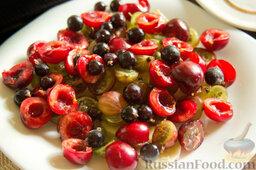"""Фруктовый салат с крыжовником и семенами льна """"Чемпион пользы"""": Распределяем ягоды черной смородины."""