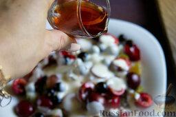 """Фруктовый салат с крыжовником и семенами льна """"Чемпион пользы"""": Наливаем немного сиропа или ликера."""