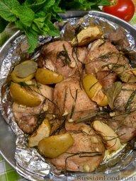 Курица, запеченная с яблоками: Полейте все подсолнечным или оливковым маслом. Отправьте в хорошо разогретую до 180 градусов духовку. Выпекайте до готовности мяса в течение 30-40 минут.