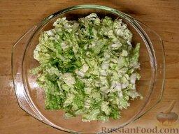 Овощной салат с базиликом и петрушкой: Как приготовить быстрый овощной салат с базиликом и петрушкой:    Вымойте пекинскую капусту, обсушите и нашинкуйте.