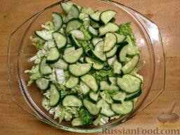 Овощной салат с базиликом и петрушкой: Вымойте помидоры, огурцы и зелень, обсушите.   Нарежьте огурцы полукружиями.