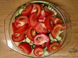 Овощной салат с базиликом и петрушкой: Нарежьте помидор дольками.