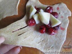 Пирожки с вишней и яблоками, на сливочном тесте: Затем накрываем частью теста с надрезами нашу начинку, скрепляем тесто по краям.