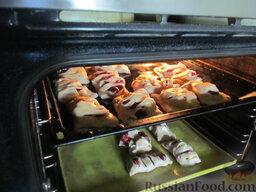 Пирожки с вишней и яблоками, на сливочном тесте: Выпекаем наши пирожки с яблоком и вишней до готовности в течении 25 минут. Температура, которая оптимальна для их приготовления, - 175 градусов.