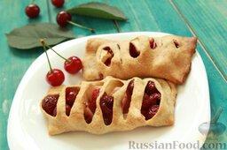 Пирожки с вишней и яблоками, на сливочном тесте: Подаем пирожки с вишней и яблоками к столу с молоком, свежим компотом, холодным мятным чаем.