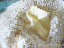 Пирожки с вишней и яблоками, на сливочном тесте: Добавляем растопленное сливочное масло.