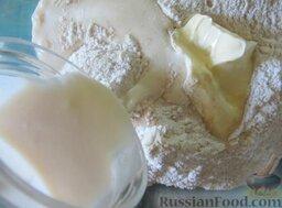 Пирожки с вишней и яблоками, на сливочном тесте: Наливаем в миску сливки.