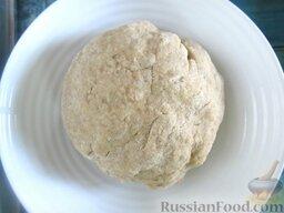 Пирожки с вишней и яблоками, на сливочном тесте: Накрываем шарик теста пищевой пленкой, отправляем его в холодильник минимум на 10 минут.