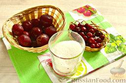 Напиток из красной алычи и вишни: Подготавливаем ингредиенты для напитка из красной алычи и вишни. Количество сахарного песка можно варьировать (зависит от сорта плодов и ваших вкусовых предпочтений). Ингредиенты рассчитаны на 2,5 литра воды.