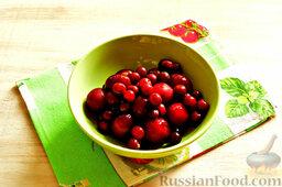 Напиток из красной алычи и вишни: Как приготовить напиток из красной алычи и вишни:    Красную алычу и вишню промываем в дуршлаге. Косточки из плодов мы удалять не будем.