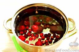 Напиток из красной алычи и вишни: Заливаем вишню и алычу необходимым количеством воды.