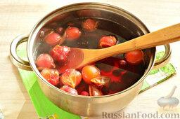 Напиток из красной алычи и вишни: Кастрюлю ставим на огонь. После закипания провариваем плоды минут 10-15.