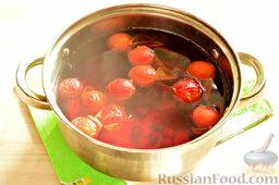 Напиток из красной алычи и вишни: Напиток из красной алычи и вишни сварился. Перед подачей напитка охладите его.